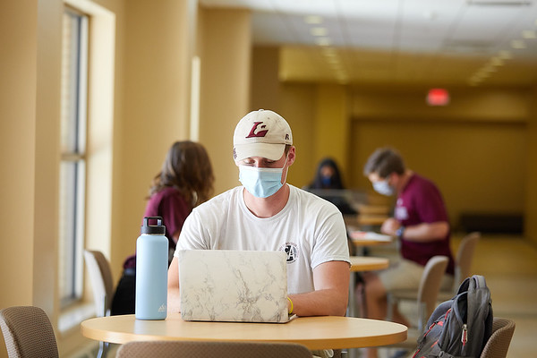 2020 UWL Students with Masks 0635