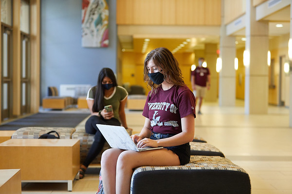 2020 UWL Students with Masks 0492