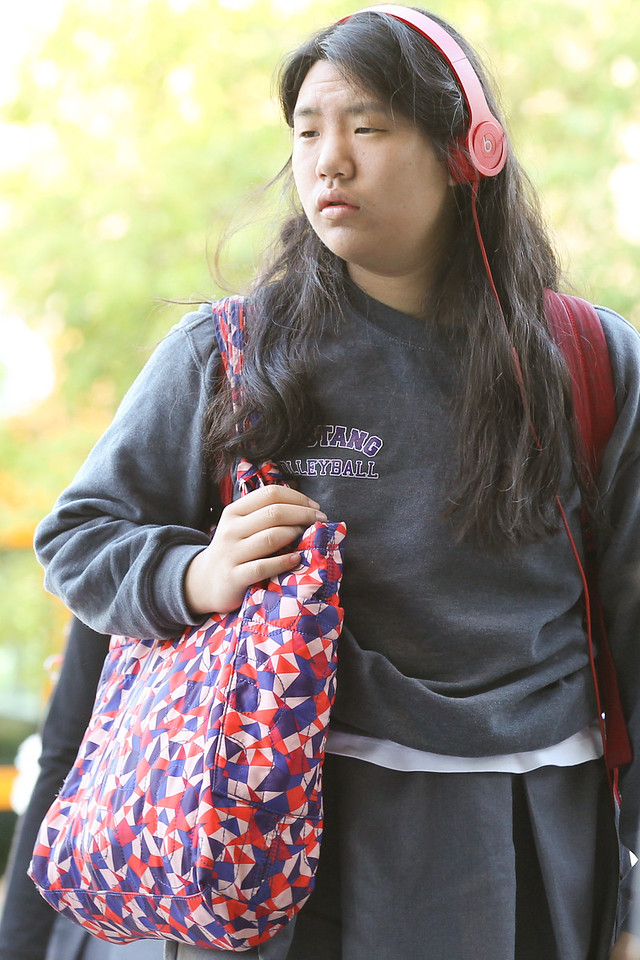 2014.5.6 M Girls Arriving at School