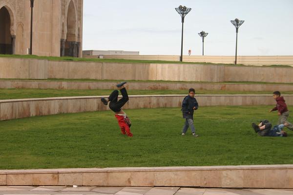 Chlopaki sie bawia przed meczetem