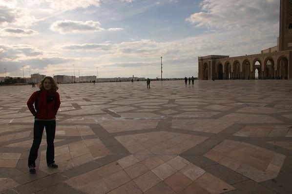 Na placu przed Meczetem Hassana