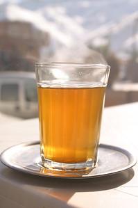 Szklaneczka rzogzewajacej herbaty