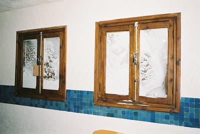 Snieg walil oknami, pomimo zamknietych okienninc