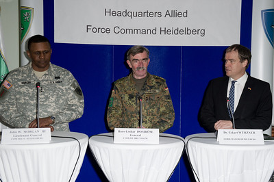 Eckart Würzner, Oberbürgermeister von Heidelberg, John Morgan, Lieutnant General (USA), John W. Morgan III, Hans-Lothar Domröse, Gerneral, bei der Allied Force Command Heidelberg Deactivation Ceremony LTG Morgan Remarks Campbell Barracks