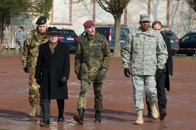 Eckart Würzner, Oberbürgermeister von Heidelberg, John Morgan, Lieutnant General (USA), John W. Morgan III, Hans-Lothar Domröse, Gerneral, Eckart Würzner, Rüdiger Wolf, bei der Allied Force Command Heidelberg Deactivation Ceremony LTG Morgan Remarks Campbell Barracks