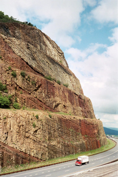 """A view of the <a href=""""http://www.mgs.md.gov/esic/brochures/sideling.html"""" target=""""_blank"""">geologic features</a> of the rock at Sideling Hill Cut.  6-7-02"""
