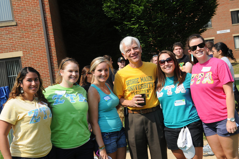 President Alan Merten poses for a photo with students during Welcome Week. Photo by Creative Services.