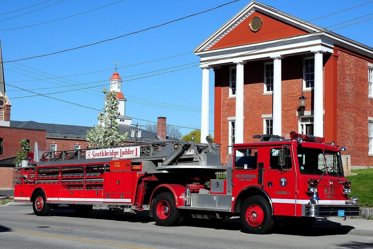 Southbridge  Fire Dept  Ladder  1   1989 Maxim  80 Ft  Tiller