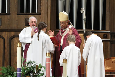 Archbishop Wilton D. Gregory, the homilist and main celebrant for the Dec. 1 World AIDS Day Mass, conducts the final blessing. On the altar with him are (l-r) Deacon Bob Hauert and altar servers Abby and Joseph Banks and Nicolas Robinson.