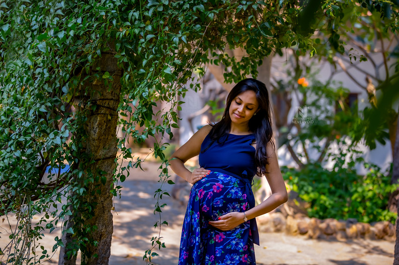 Maternity photography in the garden