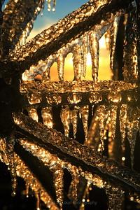 Radiating crystalline gold
