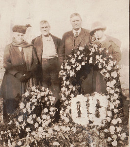 Samantha Hankins, unknown (possibly one of Lee's brothers), Lee Hankins and Margaret Hill Hankins at Perry Hankins' grave in 1922.