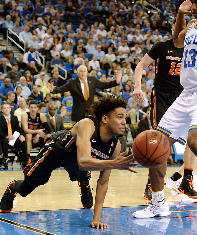 . Oregon State\'s Stephen Thompson Jr (1) makes a diving save and pass against UCLA in a PAC-12 men\'s basketball game at Pauley Pavilion Sunday, February 12, 2017, Westwood, CA.  UCLA led at the half 32-27. UCLA BRUINS vs. OREGON STATE BEAVERS Photo by Steve McCrank, Daily Breeze/SCNG