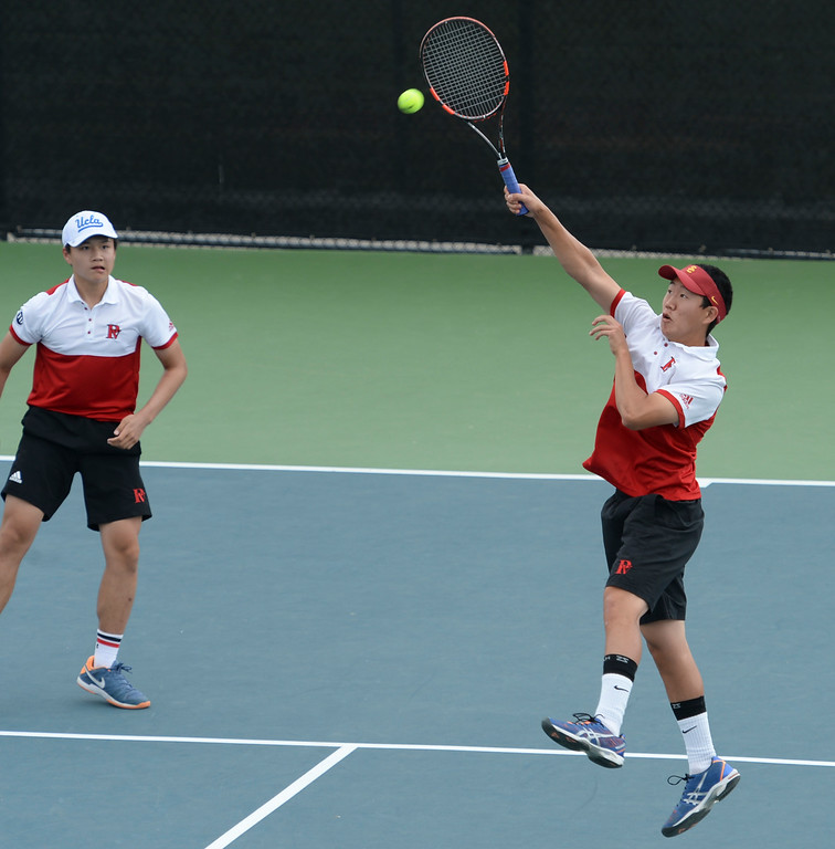 . Palos Verdes\' Riley Paik returns a hit, as teammate Brian Hom looks on, against Mira Costa in the number 1 doubles game of a Bay League tennis match Tuesday, April 18, 2017, Palos Verdes Estates. (Photo by Steve McCrank, Daily Breeze/SCNG)