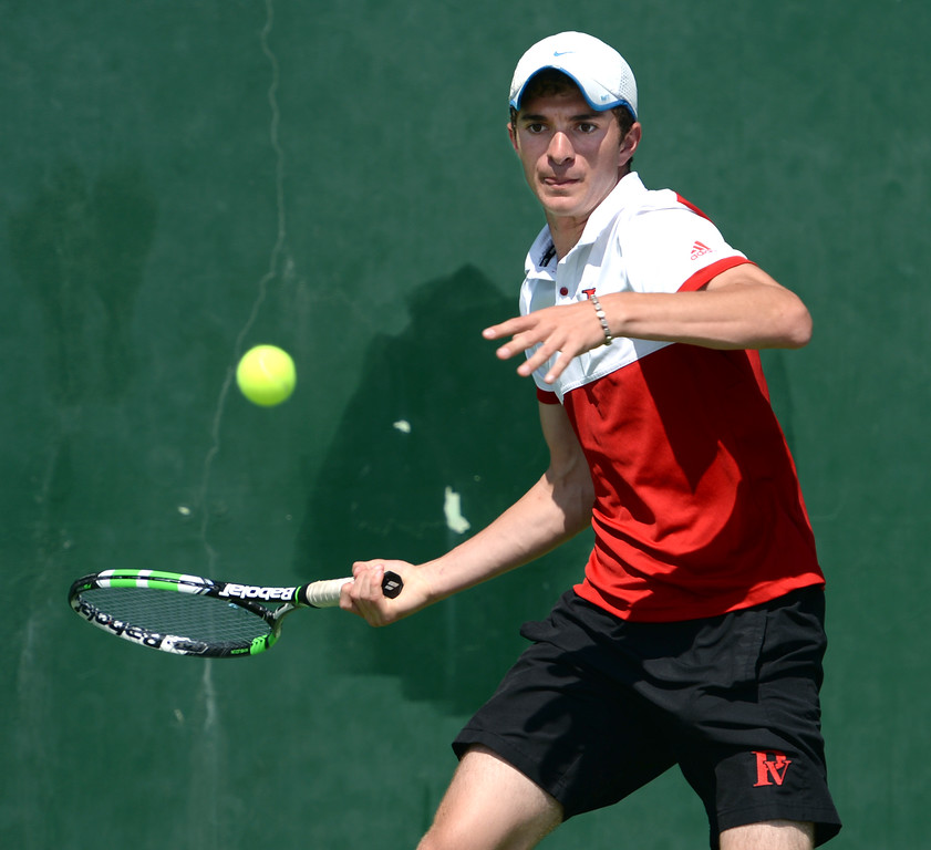 . Palos Verdes\' Dean Dellovade returns a serve from Mira Costa\'s Evan Fortier in the number 1 singles of a Bay League tennis match Tuesday, April 18, 2017, Palos Verdes Estates. (Photo by Steve McCrank, Daily Breeze/SCNG)