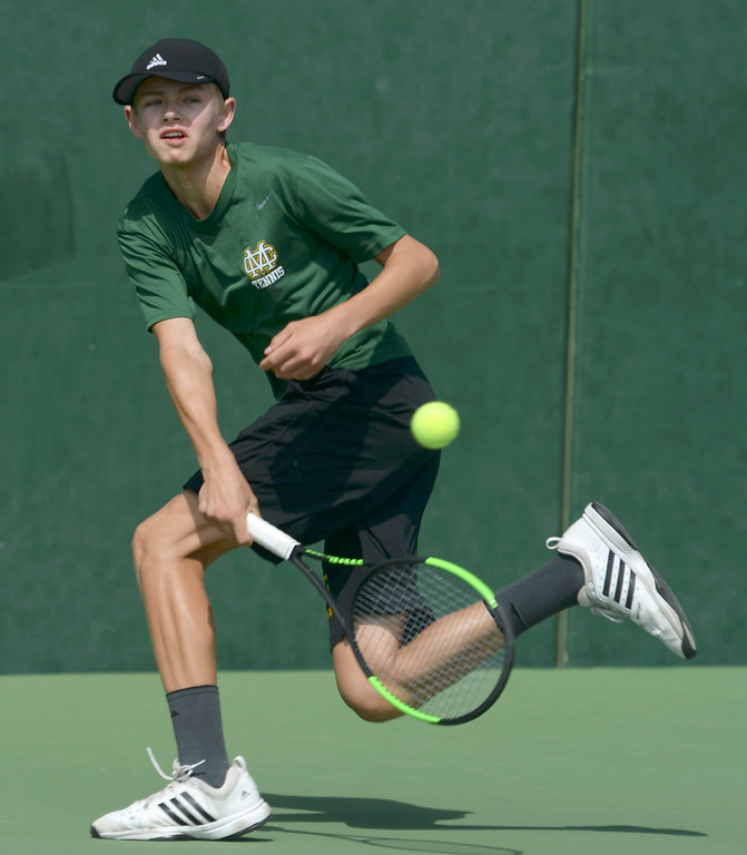 . Mira Costa\'s Evan Fortier returns the ball against Palos Verdes\' Dean Dellovade in the number 1 singles of a Bay League tennis match Tuesday, April 18, 2017, Palos Verdes Estates. (Photo by Steve McCrank, Daily Breeze/SCNG)