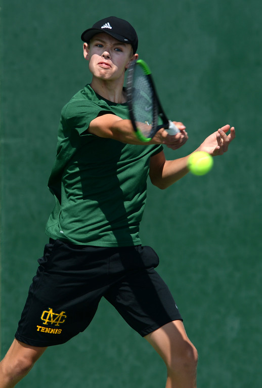 . Mira Costa\'s Evan Fortier returns a hit from Palos Verdes\' Dean Dellovade in the number 1 singles of a Bay League tennis match Tuesday, April 18, 2017, Palos Verdes Estates. (Photo by Steve McCrank, Daily Breeze/SCNG)