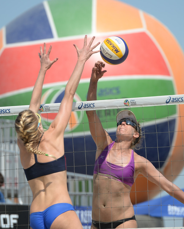 . April Ross tries to place a kill around Summer Ross in quarterfinals of the World Series of Beach Volleyball Friday, July 14, 2017, Long Beach, CA.  April Ross and Lauren Fendrick defeated Summer Ross and Brooke Sweat in two sets. (Photo by Steve McCrank, Daily Breeze/SCNG)