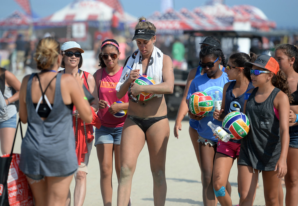 . April Ross draws a crowd of autograph seekers after her win inquarterfinals of the World Series of Beach Volleyball Friday, July 14, 2017, Long Beach, CA.  April Ross and Lauren Fendrick defeated Summer Ross and Brooke Sweat in two sets. (Photo by Steve McCrank, Daily Breeze/SCNG)