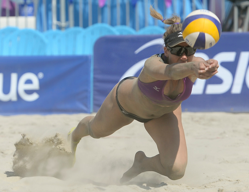 . April Ross makes a diving dig in quarterfinals of the World Series of Beach Volleyball Friday, July 14, 2017, Long Beach, CA.  April Ross and Lauren Fendrick defeated Summer Ross and Brooke Sweat in two sets. (Photo by Steve McCrank, Daily Breeze/SCNG)