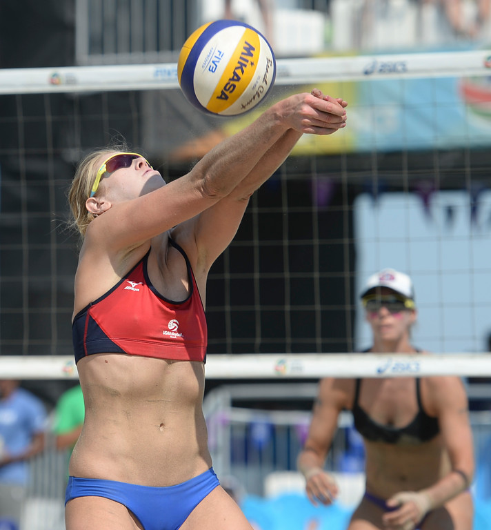 . Summer Ross sets the ball in quarterfinals of the World Series of Beach Volleyball Friday, July 14, 2017, Long Beach, CA.  April Ross and Lauren Fendrick defeated Summer Ross and Brooke Sweat in two sets. (Photo by Steve McCrank, Daily Breeze/SCNG)