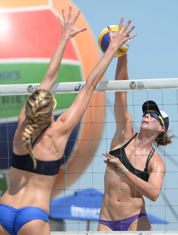 . Lauren Fendrick spikes against Summer Ross in quarterfinals of the World Series of Beach Volleyball Friday, July 14, 2017, Long Beach, CA.  April Ross and Lauren Fendrick defeated Summer Ross and Brooke Sweat in two sets. (Photo by Steve McCrank, Daily Breeze/SCNG)