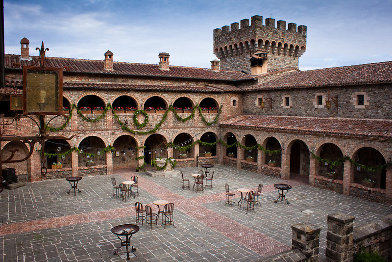 Castello di Amorosa, Courtyard Holiday (Alison Cochrane Hernandez)