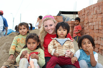 A Mercer University student with kids during a Global Builders trip to Peru