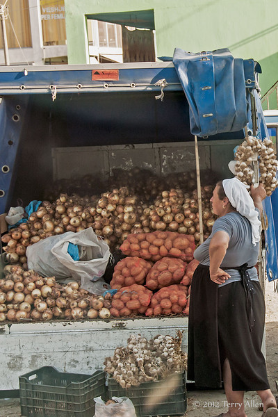 Garlic,-onion,-potato-vendor,-near-Durres,-Albania