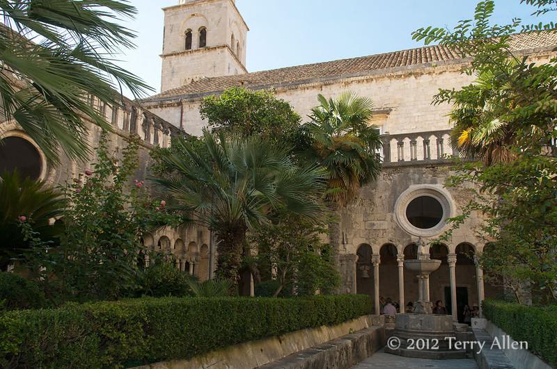 Cloister-interior,-Franciscan-Monastery,-Dubrovnik,-Croatia