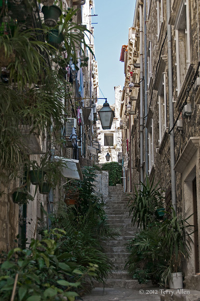 Narrow-side-street-3,-Dubrovnik,-Croatia