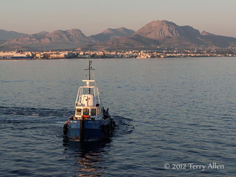 Tug-boat-at-sunrise-with-Acrocorinth-mountain,-Greece