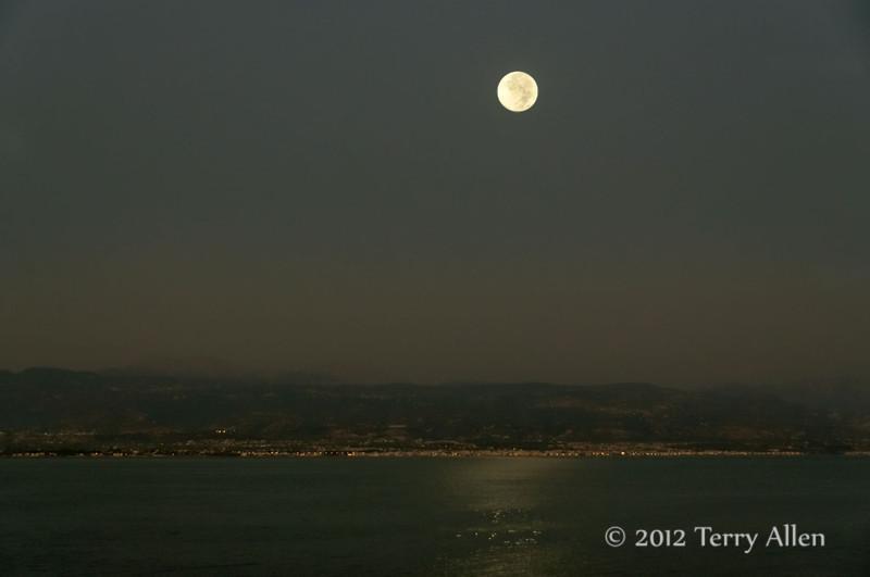 Full-moon,-Gulf-of-Corinth,-Greece