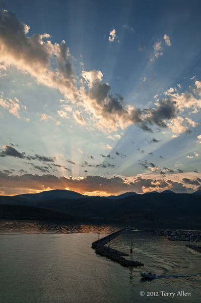 Sunset-with-God's-rays-2,-Gulf-of-Corinth,-Greece