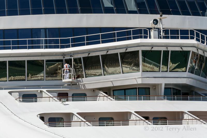 Window-washer,-Norwegian-Jade,-Athens-Harbour