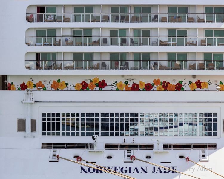 Norwegian-Jade-cruise-ship-in-Athens,-Greece