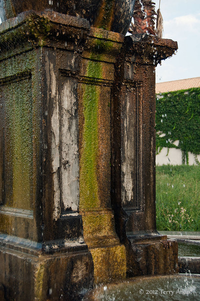 Mossy-fountain,-Cantine-Floria,-Marsala,-Sicily