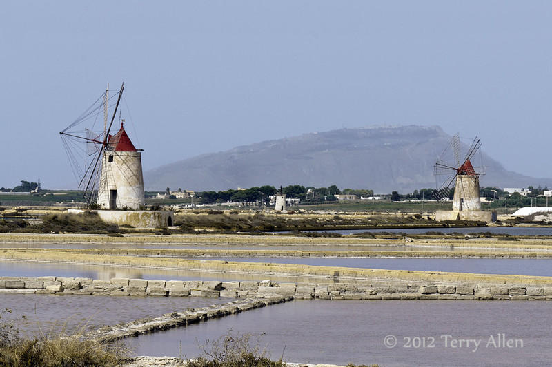 Windmills-&-salt-ponds,-Stagnone-lagoon,-Marsala,-Sicily