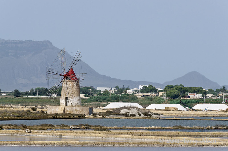 Windmill-&-salt-piles,-Stagnone-lagoon,-Marsala,-Sicily