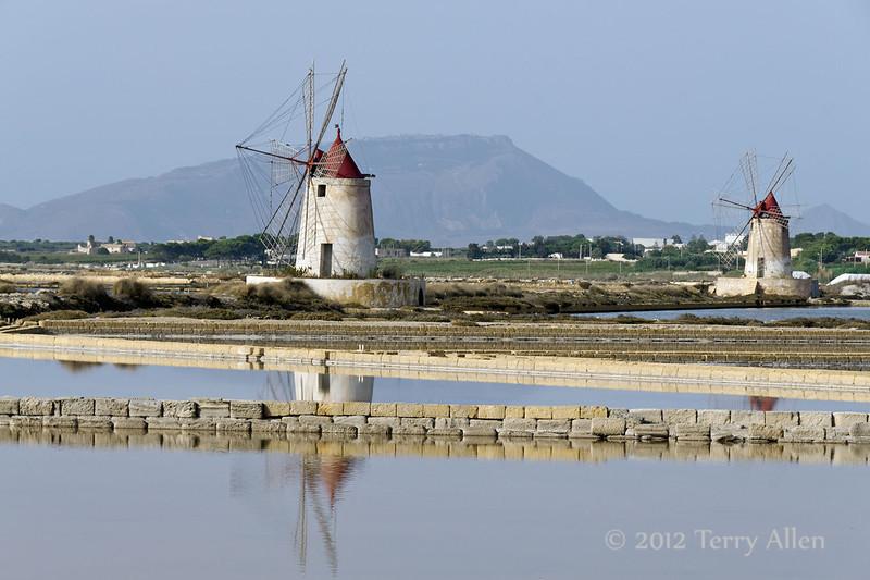 Two-windmills-&-sea-salt-piles-2,-Stagnone-lagoon,-Marsala,-Sicily