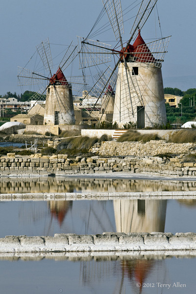 Three-windmills-&-sea-salt-piles-2,-Stagnone-lagoon,-Marsala,-Sicily