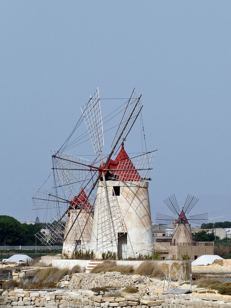 Three-windmills-&-salt-piles,-Stagno e-lagoon,-Marsala,-Sicily