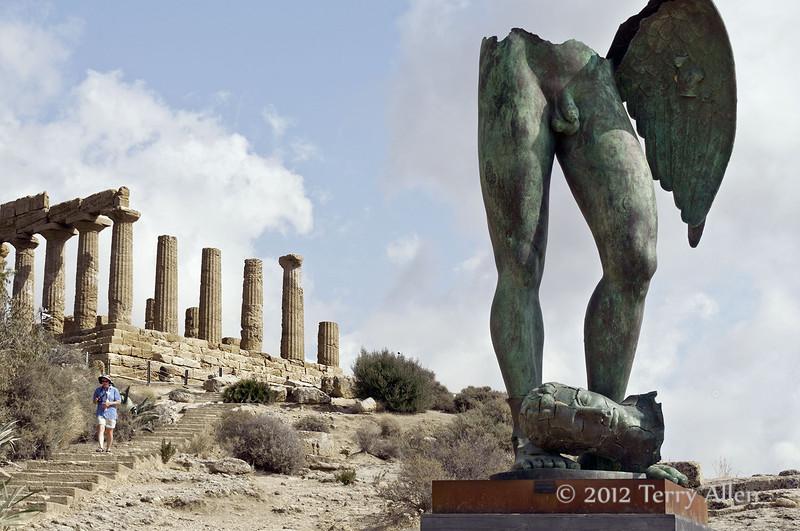 Temple-of-Hera,-Igor-Mitoraj-Icarus,-Agrigento,-Sicily