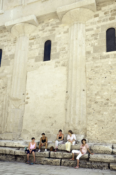 Side-of-Duomo-with-Doric-columns-from-Temple-of-Athena,-Syracuse,-Sicily