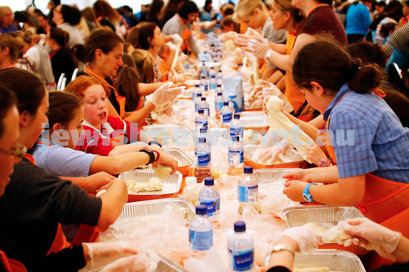 10-11-16. Shabbat Project. Glick's Geat Challah bake at St kilda town hall. Photo: Peter Haskin
