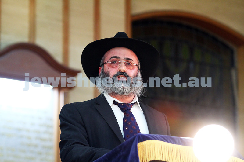 16-6-14. Melbourne communal solidarity event. More than 400 people attended a meeting and prayers at Caulfield Shul to show solidarity for the three kidnapped Israeli teenagers. Rabbi Meir Shlomo Kluwgant addresses the audience. Photo: Peter Haskin