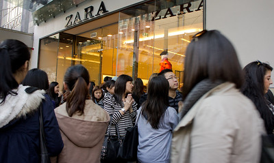 A mad rush of people at Zara's newly opened store on Bourke St. June 2011. (photo by Seto)