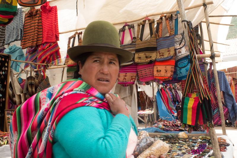 Senora con Manta en el Mercado en Pisac, Peru