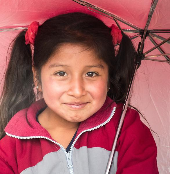 Chica con Sonrisa y Paraguas en Cusco, Peru