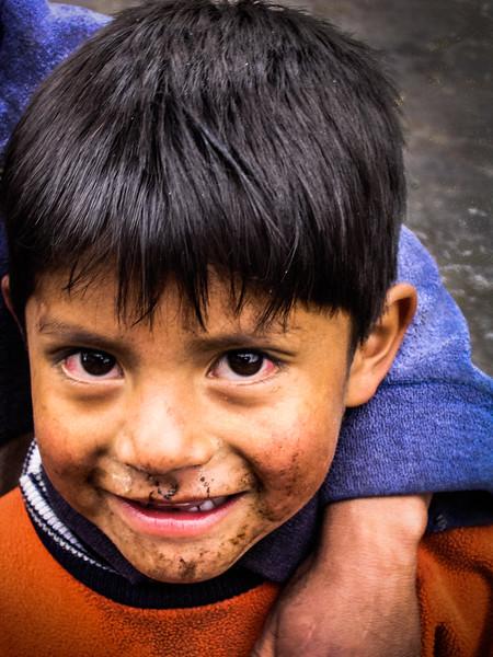 Muchacho con la Cara Sucia en Salinas, Ecuador